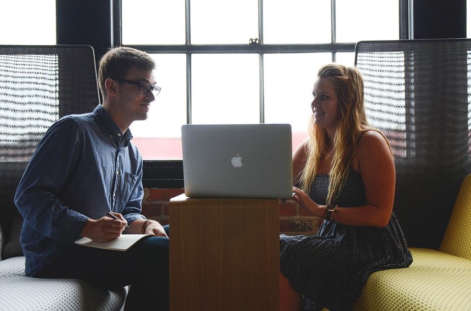 Entrevistadora muestra portátil a entrevistado